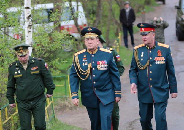В Подмосковье командующий танковой армии ЗВО поздравил участника парада 24 июня 1945 года с 76-ой годовщиной Победы в Великой Отечественной войне