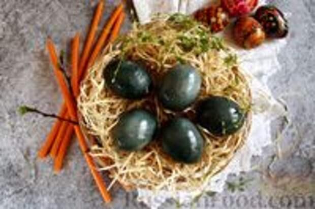 Фото приготовления рецепта: Пасхальные яйца, окрашенные каркаде - шаг №7