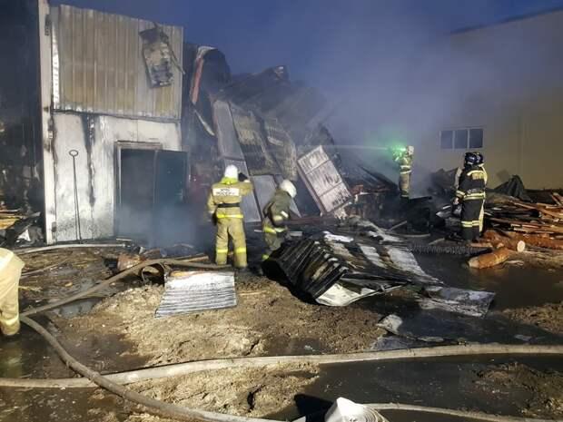 Более  20 человек тушили пожар на пилораме в Томске: фото