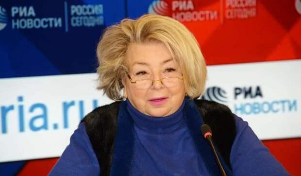 Сиделка дает лекарства: прикованная к инвалидному креслу Тарасова хочет подольше пожить