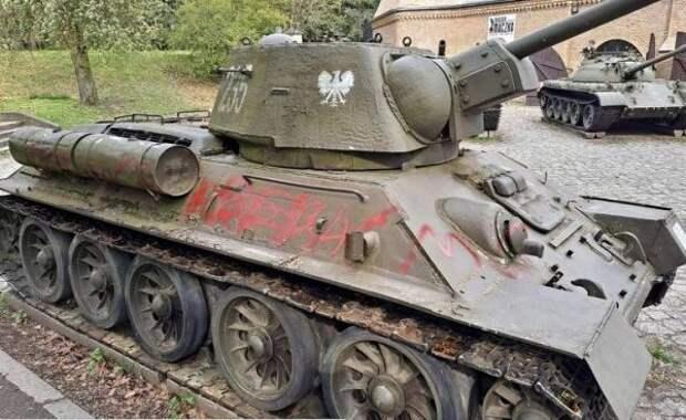 Впольском военном музее вандалы осквернили танк Т-34