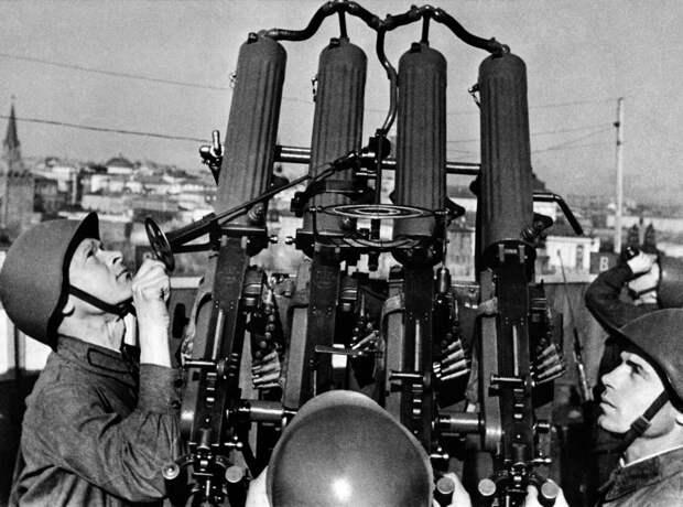 Московский крекинг-завод имел стратегическое значение для обороны Москвы. Впервые он подвергся бомбежке немцами 22 июля 1941 года