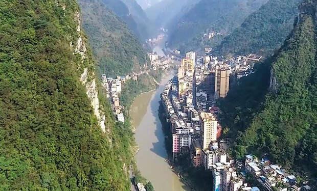 Чжаотун называют самым узким городом мира. На 2 улицах живет миллион человек, а вокруг отвесные горы