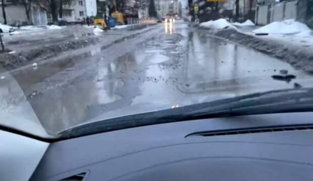 Автомобилисты пожаловались на «растаявший» асфальт в Брянске