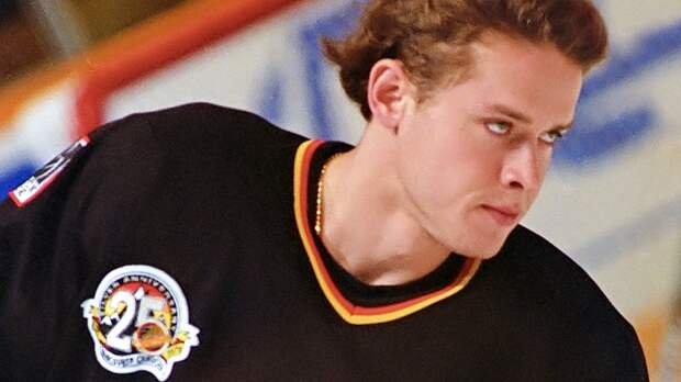 Уложил с одного удара локтем в голову. Знаменитый скандал с русским хоккеистом Буре и канадцем Чурлой: видео