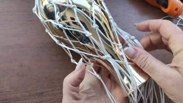 Мастерица сделала красоту для дома переработав пластиковое ведро из под майонеза
