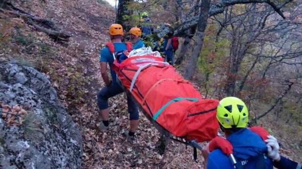 Двое туристов сорвались со скал в Крыму