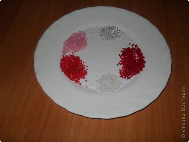 Хочу предложить вам технику оплетения яиц бисером, которая совсем не сложная, яркая и красочная. Много лет назад увидела ее в каком-то журнале и с тех пор вместе с учениками украшаю яйца к Пасхе. Попробуйте, это не сложно.. Фото 16