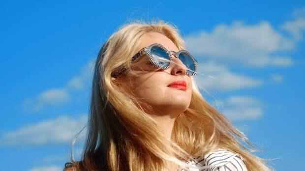 Врач-офтальмолог предостерег россиян от длительного ношения солнцезащитных очков