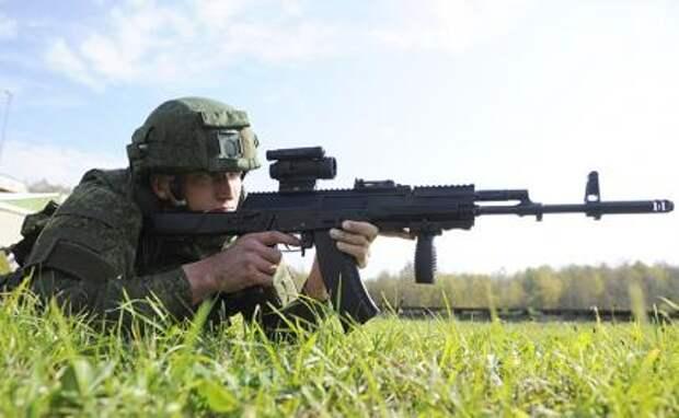 На фото: военнослужащий с автоматом Калашникова АК-12