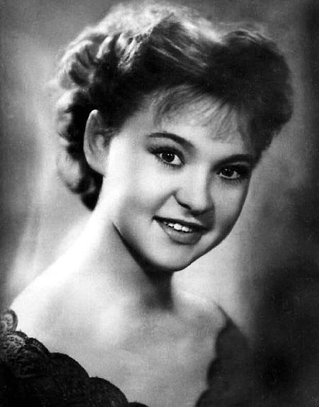 3. Через пять лет в 1958 году она окончила институт и до 1964 работала в Театре-студии киноактера. С
