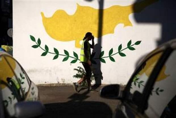 Флаг Кипра, нарисованный на стене здания в Никосии, 7 июля 2017 года. REUTERS/Yiannis Kourtoglou