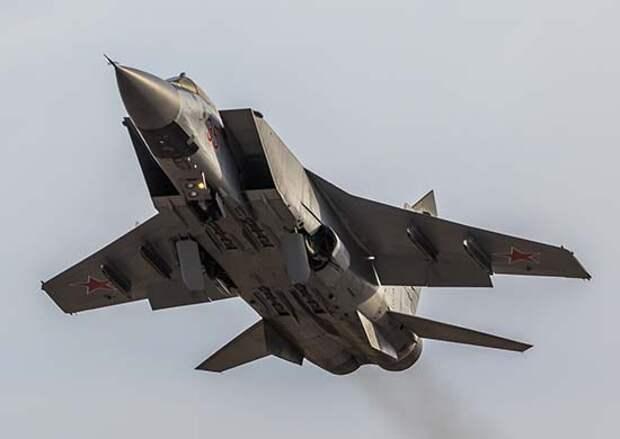 В Тверской области в ходе учений лётчики истребителей МиГ-31БМ и Су-35С применили ракеты класса «воздух-воздух»