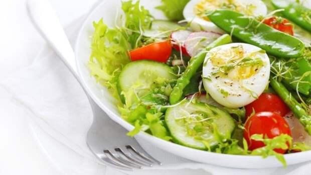 салат из зелени и яиц