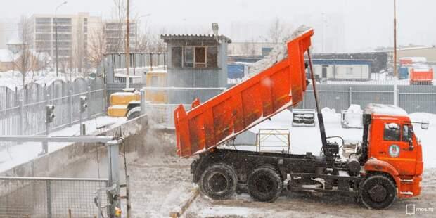 Коммунальщики вывезут снег со двора на Алтуфьевском шоссе