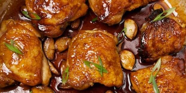Курица, тушенная с соевым соусом, чесноком и имбирём