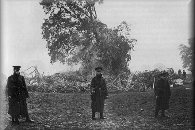 Обломки цеппелина L-31 Генриха Мати в пригороде Лондона. Дерево, на которое упал дирижабль Мати, живо до сих пор