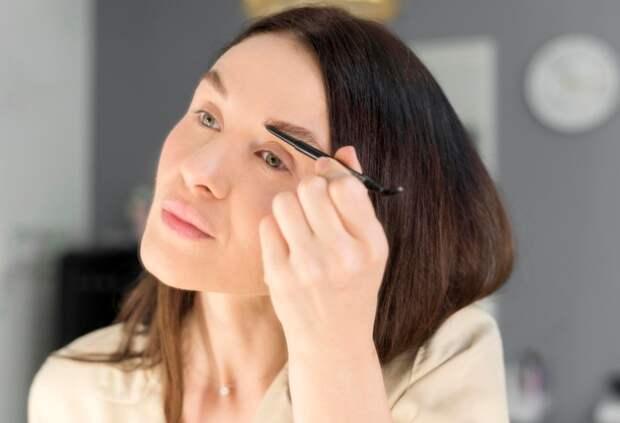 Особенности возрастного макияжа бровей