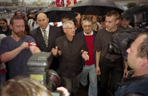 Эдуард Лимонов по возвращении из мест лишения свободы. 2003 год.