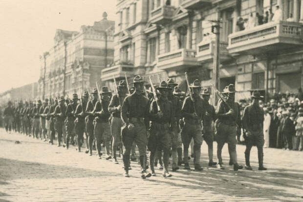 Американские солдаты на Светланской (19.8.1918).