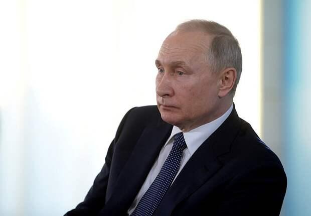 Путин осмотрел корабли перед парадом ВМФ в Кронштадте