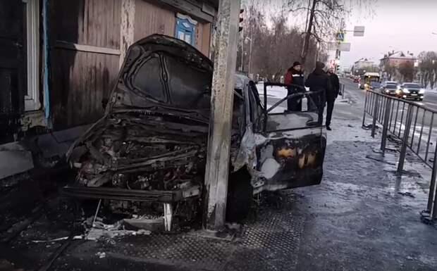 В Тюмени из-за массового ДТП сгорела иномарка и пострадал дом