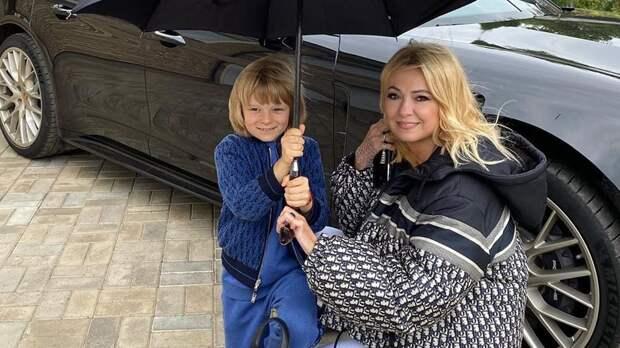 Ургант пошутил о Рудковской: «Когда Яна снимает ролики, у Гном Гномыча есть время набрать номер детского психолога»