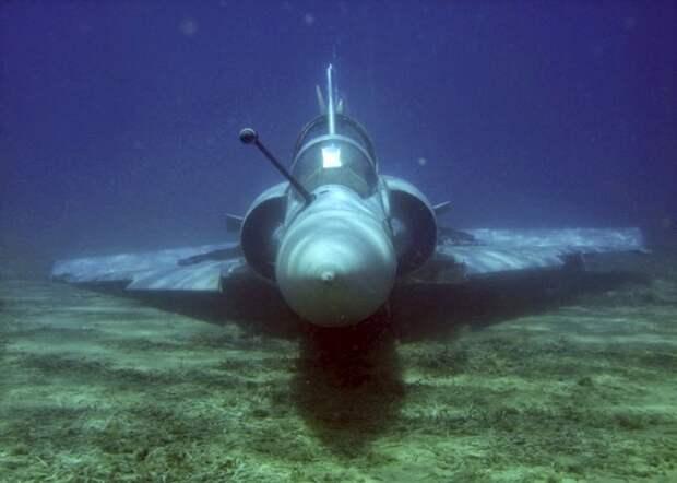 Самолет как будто сам приземлился под воду. /Фото: blogspot.com