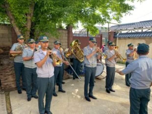 Для ветеранов войны устроили парад на дому