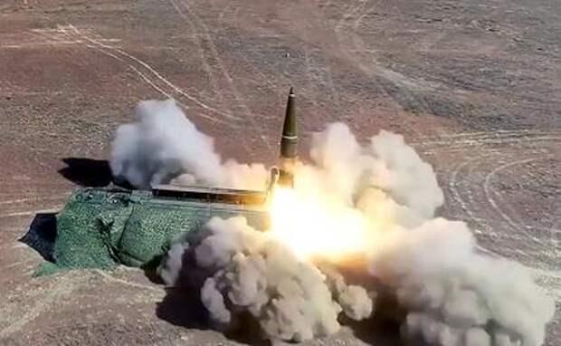 """На фото: пуск ракеты оперативно-тактического ракетного комплекса (ОТРК) """"Искандер-М"""""""