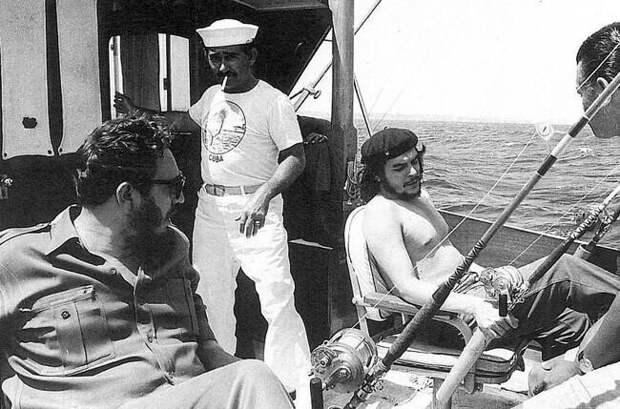 25. Че Гевара и Фидель Кастро на дружеской рыбалке, 1960 год