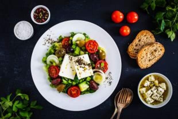 Классика жаркого лета. 5 вариантов салата из помидоров и огурцов