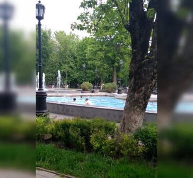 В Краснодаре дети открыли купальный сезон… в фонтане ВИДЕО