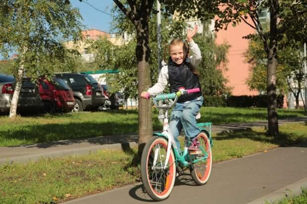 На двухколесном велосипеде Варя ездит с четырех лет. Фото: Андрей Дмытрив