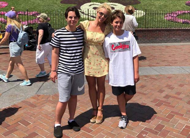Бритни Спирс с сыновьями Шоном Престоном и Джейденом Джеймсом