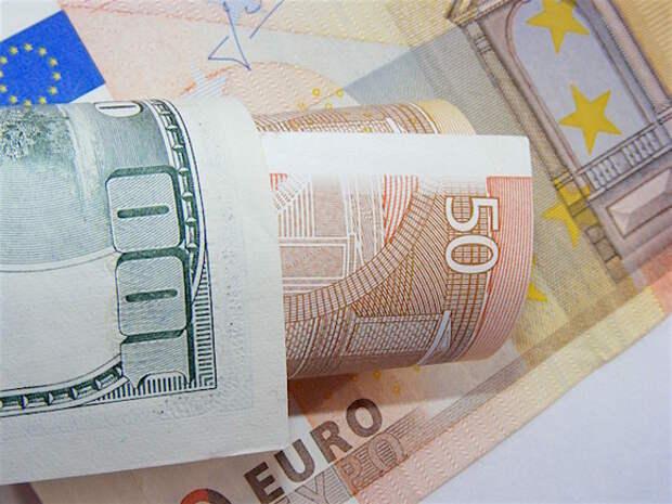 ЦБ РФ вновь понизил официальный курс доллара и поднял евро