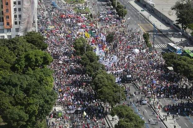 Акции протеста против политики президента прошли по всей Бразилии