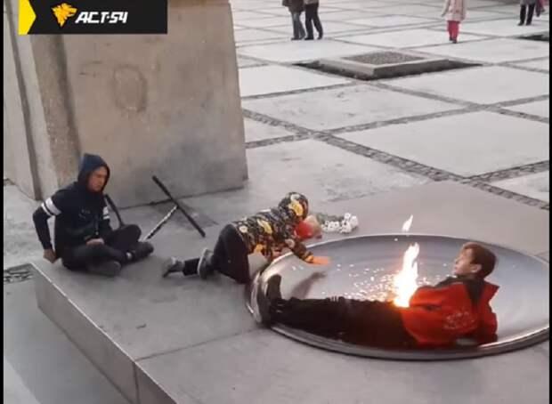 Подростки устроили посиделки у Вечного огня в Новосибирске