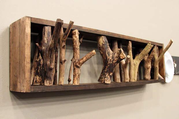 Вешалка из деревянных сучков.