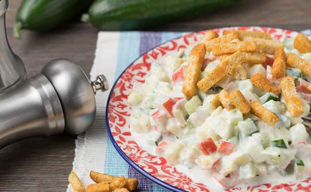 Салат из крабовых палочек по-новому: улучшаем вкус магазинного майонеза чесноком и зеленью
