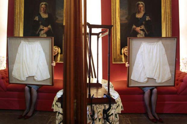 Нижнее бельё британской королевы выставили на аукцион