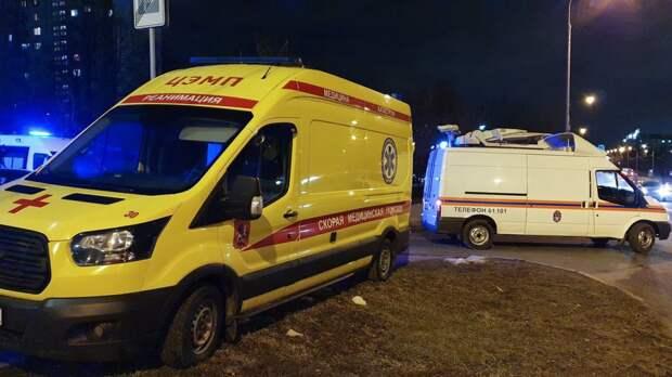 Иномарка без тормозов въехала в бетонное ограждение в Петербурге