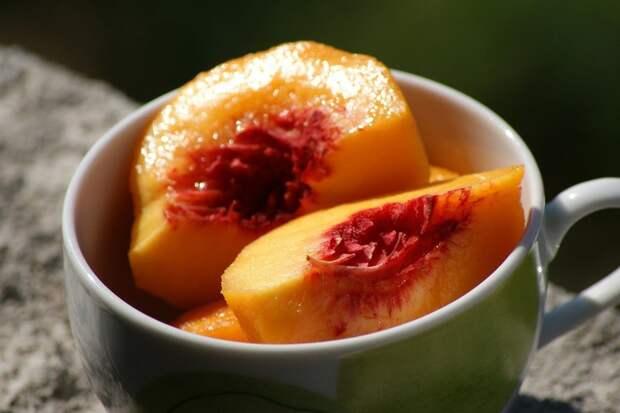 Почему персики «мальчики» слаще остальных и как их выбрать