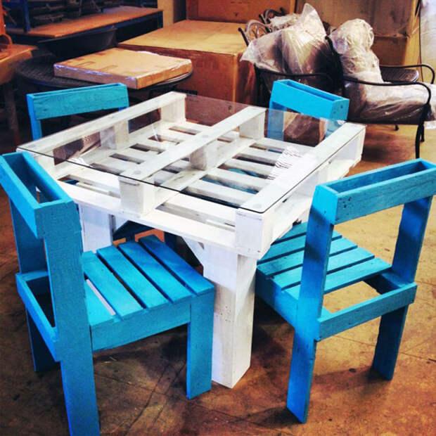 Стол из деревянного поддона.