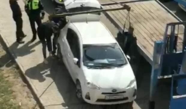 «Это беспредел»: эвакуаторы забрали машину воВладивостоке наглазах уводителя