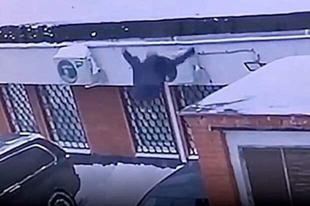 Владелец авто, на который упала с 13 этажа школьница, подаст иск на ее родителей
