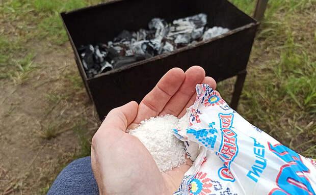 По совету шашлычника посыпаем угли в мангале солью. Огонь успокаивается, и мясо больше не пригорает