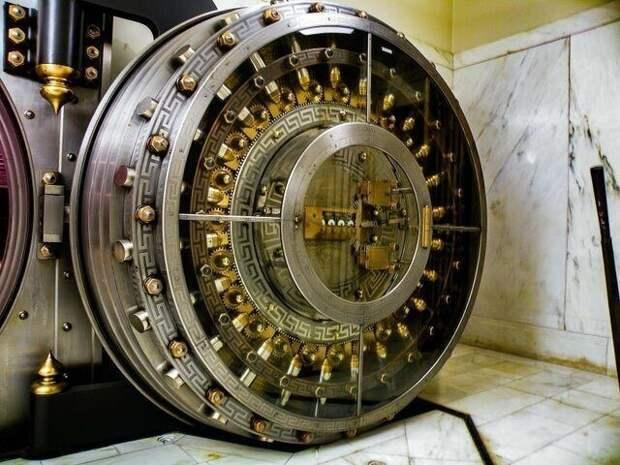 Дверь банковского хранилища, которой более 110 лет