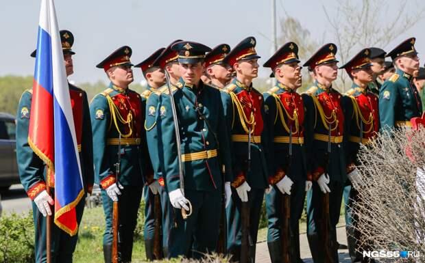 В Омске артисты исполнили под окнами 94-летнего ветерана песню «День Победы»