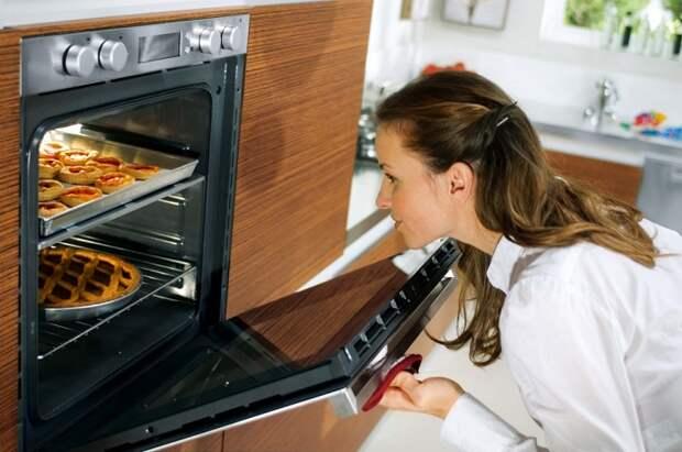 Открывая духовку каждые пять минут, вы нарушаете температурный режим. / Фото: rsloboda-rt.ru
